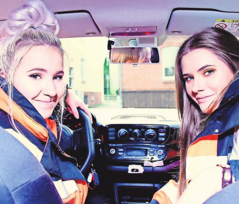 Hausnotruf-Fahrerinnen: Kyara (links) und Alicia leisten ihr FSJ bei den Johannitern.Foto: Johanniter