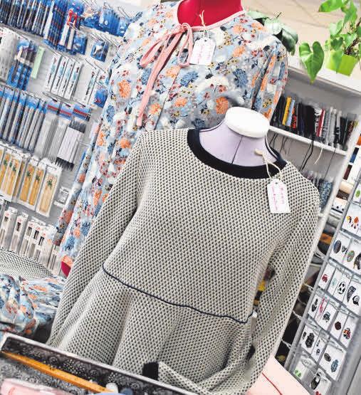 Die Stoff- und Wollecke bietet Anleitungen und Materialien für selbst genähte Oberbekleidung.