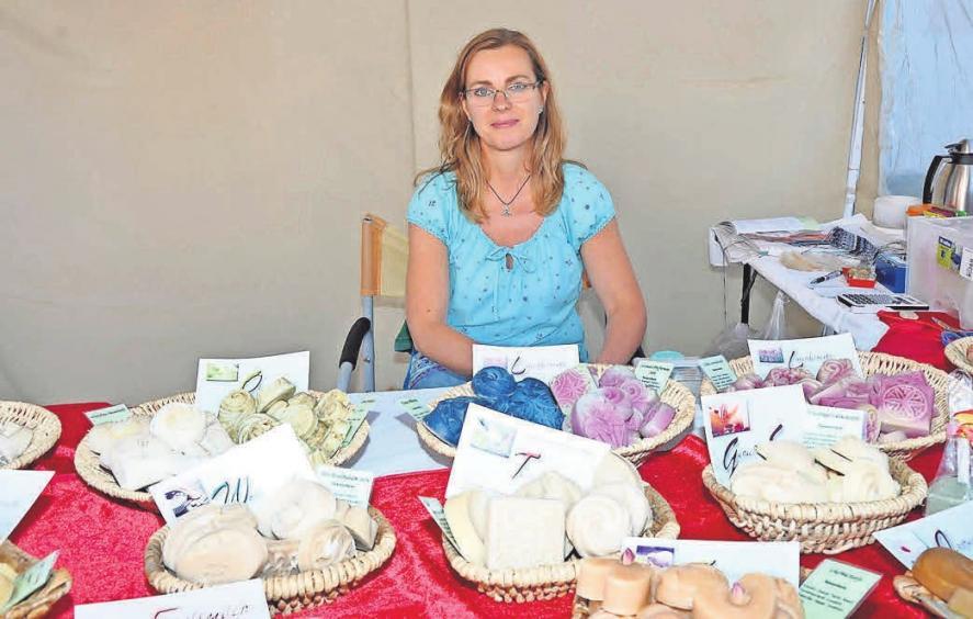 Susanne Richter bietet selbst gemachte Seifen an.