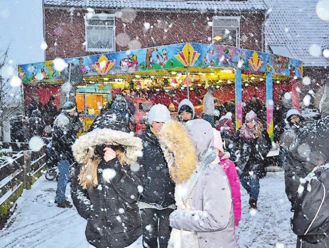 Pünktlich zum Weihnachtsmarkt sorgte Schneefall für eine winterliche Atmosphäre.