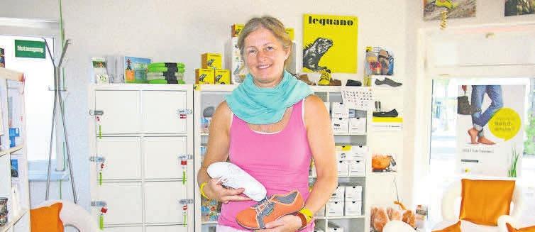 Stefanie Tillmann freut sich auf einen Gewinner, der ein paar Barfußschuhe bekommt.
