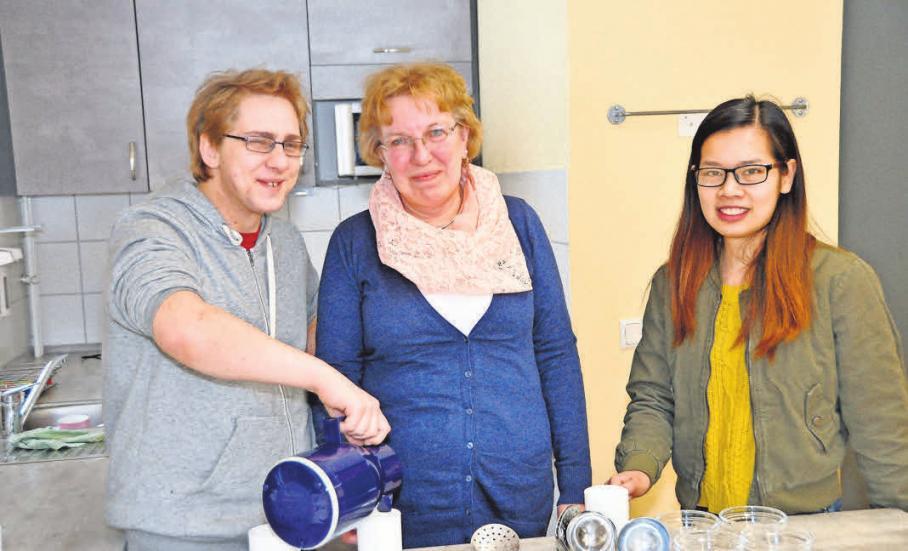 Philip Dölitsch (von links), Manuela Ebert und Thi Anh Quang Bui lieben ihren Beruf im Pflegebereich.