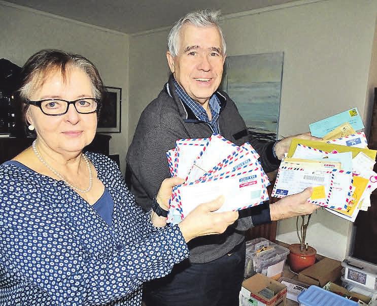 """Christel und Jürgen Schart mit einem Stapel Briefe, die an den """"Weihnachtsmann in Himmelreich"""" gerichtet sind."""