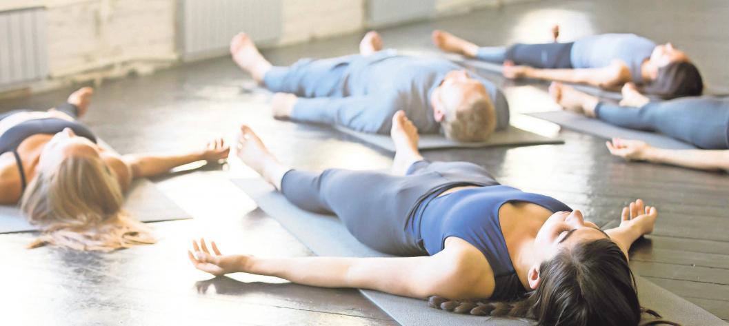 Mit Yoga, Tai-Chi und Meditation zur inneren Ruhe finden: Immer mehr Menschen stärken Körper und Geist mit gezielten Übungen. Foto: iStockphoto.com/ FatCamera, alvarez, fizkes