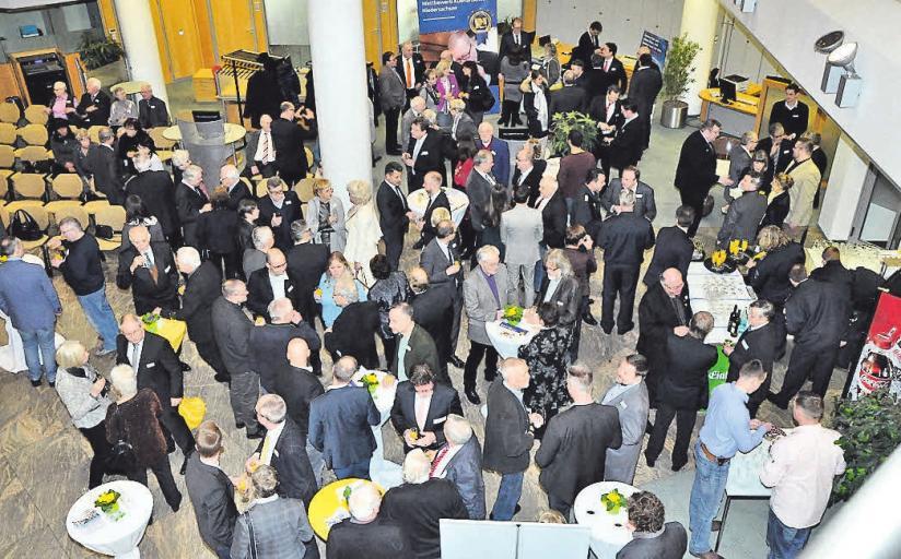 Es gibt viel zu reden: Mehr als 180 Gäste besuchen den ersten gemeinsamen Neujahrsempfang der Stadt und der Gemeinschaft für Handel und Gewerbe in Seelze e. V.