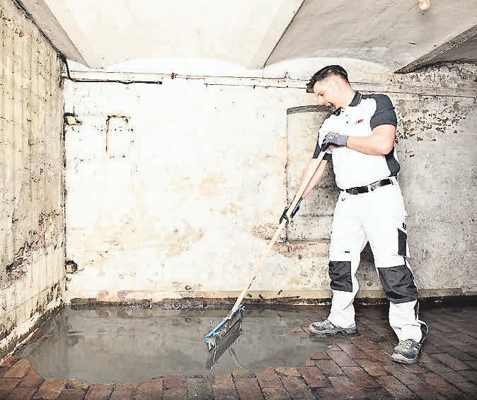Gegen Feuchtigkeit im Keller bringt ISOTEC auf den alten Boden ein speziell entwickeltes dreistufiges Beschichtungssystem auf.