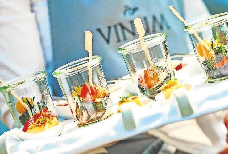 """Am 11. August lädt das Vinum unter dem Motto """"Summer Wine 2018"""" in die Kasematten von Schloss Landestrost ein."""