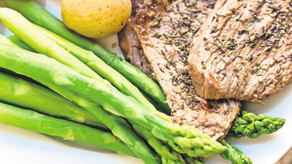 Gemüse, Obst, Hülsenfrüchte und Vollkornprodukte sollten die Grundlagen des Speiseplans sein, ergänzt von magerem Fleisch und Fisch.