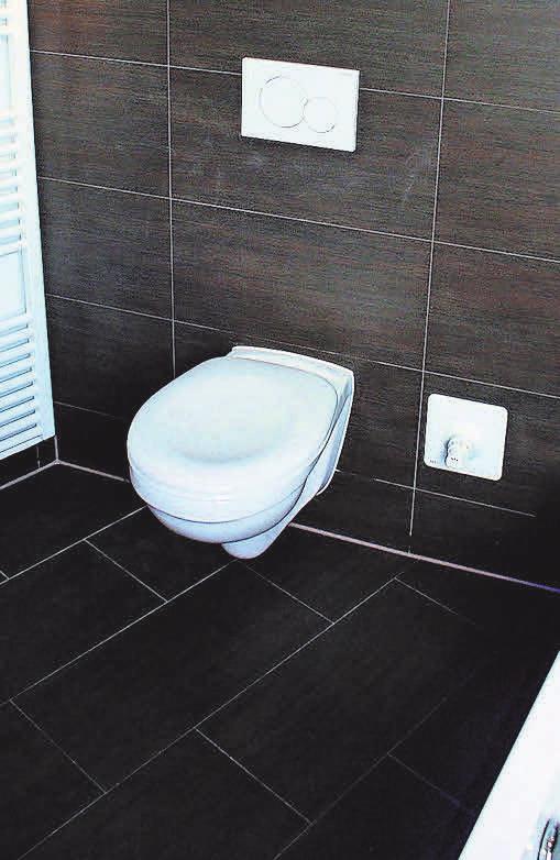 Fliesen in dunklen Tönen sind im Badezimmer besonders beliebt. Foto: Pixabay – flienatec